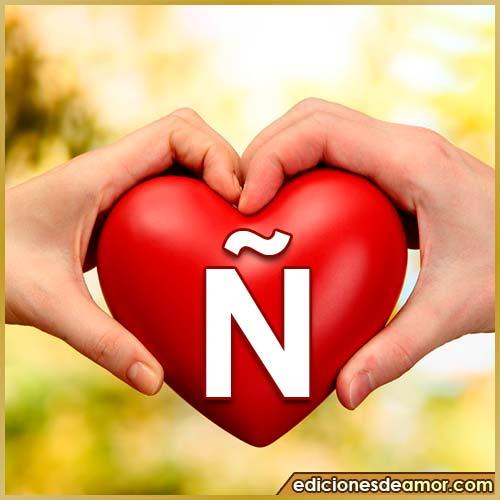 corazón entre manos con letra Ñ