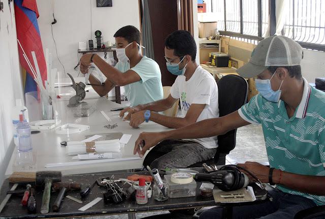 Ángelo Rangel y sus amigos elaborando Caretas Anti COVID-19 en Caracas - Fotos José Cohen