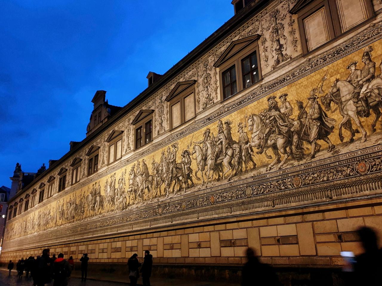 Orszak książęcy w Dreźnie to ściana wysadzana tysiącami płytek ku pamięci władców z dynastii Wettynów. Co ciekawe ściana z dziełem przetrwała praktycznie w nienaruszonym stanie bombardowania z 1945 roku.