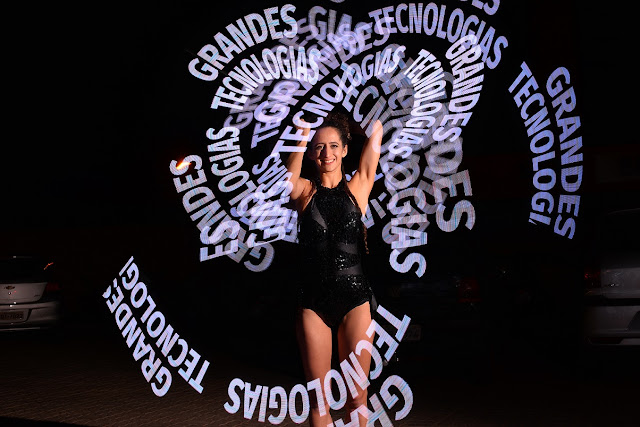 Atração led projeta logo no ar através do movimento, apresentação de abertura para evento convenção da Pioneer em Palmas Tocantins.