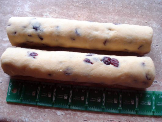 Almond and cranberry shortbread by Laka kuharica: Divide the dough into two equal weigh parts