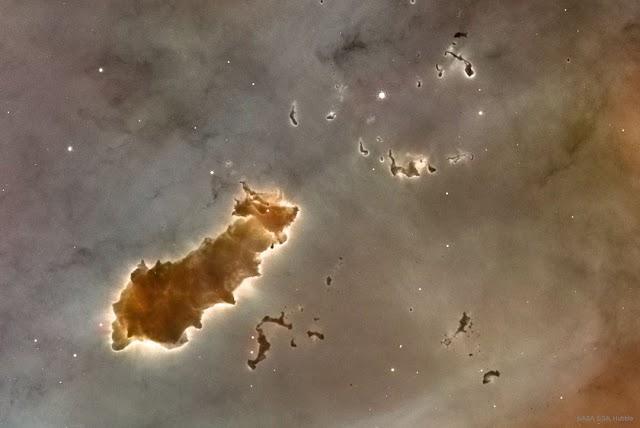 NUVENS MOLECULARES NA NEBULOSA CARINA