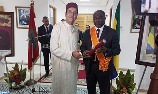توشيح السفير السابق للغابون بالمغرب بالحمالة الكبرى للوسام العلوي