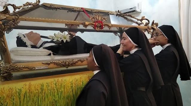 El cuerpo incorrupto de la beata María de San José en su santuario de Maracay, estado Aragia, Venezuela - Fotos cortesía Agustinas Recoletas del Corazón de Jesús