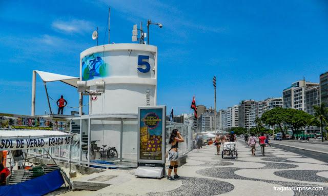 Armários e chuveiros para banhistas no Posto 5, Praia de Copacabana, Rio de Janeiro