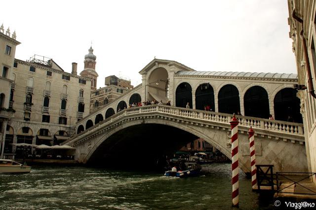 Il Ponte di Rialto a Venezia è il più antico di quelli che collega il Canal Grande
