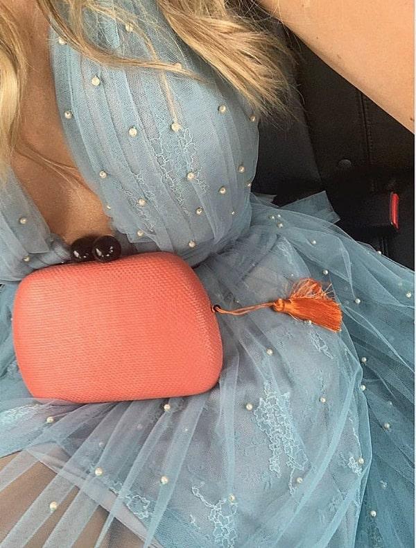 vestido de festa azul serenity bordado com pérolas