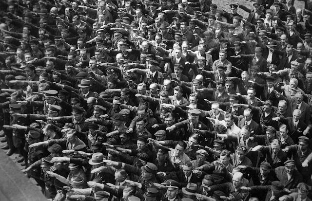 La histórica fotografía del hombre cruzado de brazos en medio del saludo nazi, probablemente August Landmesser