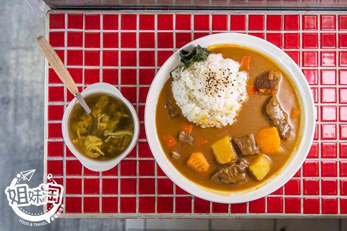 剛剛好這裡有賣咖哩飯,南瓜+地瓜將咖哩口感昇華,只要$10的紫菜蛋花湯!-剛剛好咖哩飯