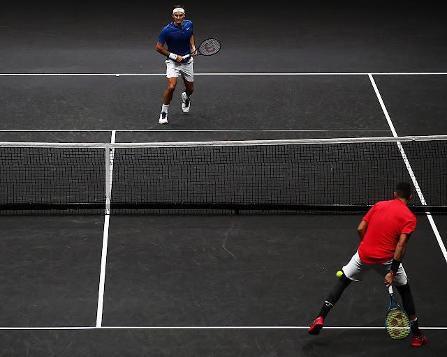 Nick Kyrgios efetua batida entre as pernas em jogo contra Roger Federer