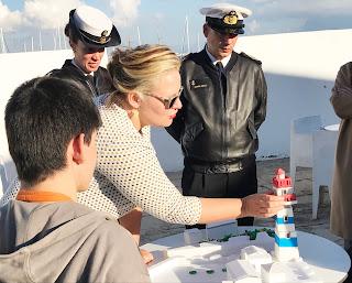 Doutora Inês apresenta a maqueta do farol de Santa Marta e um aluno e dois faroleiros convidados assistem