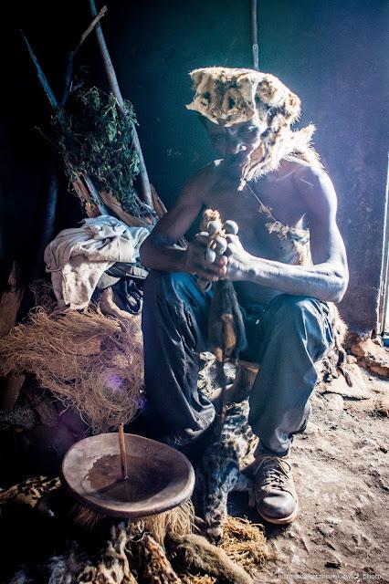 Lokalny uzdrowiciel z plemienia Bakonzo