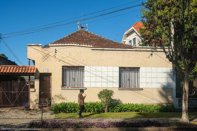 Casa de madeira com fachada de alvenaria na Rua Atílio Bório