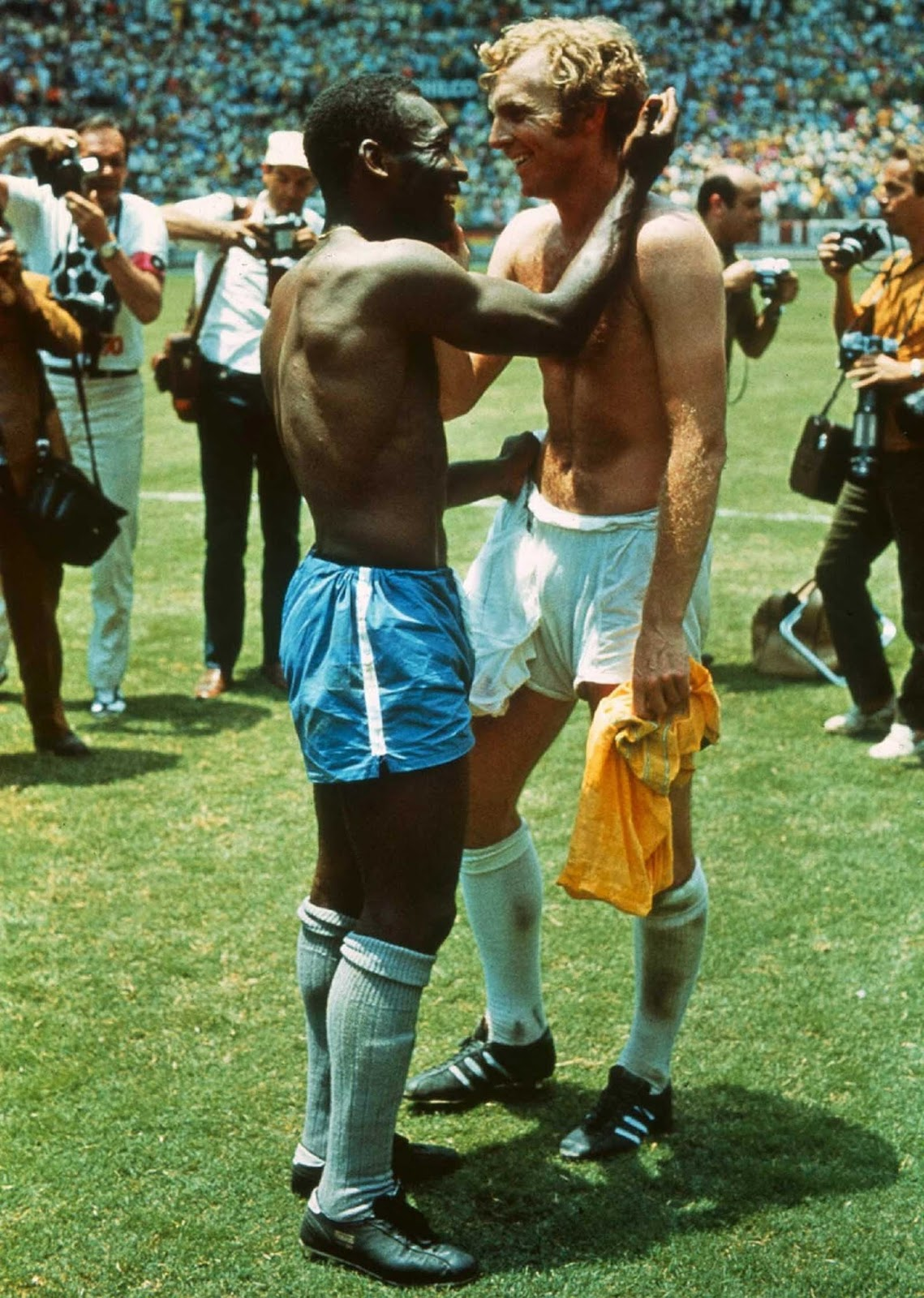 Pele and Bobby Moore swapping jerseys after Brazil defeated