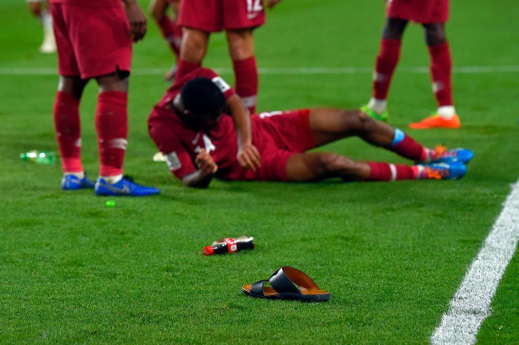 Một cầu thủ của Qatar nằm sân