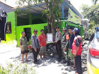 TNI-Polri di Galesong Bersinergi Pasang Pamflet Maklumat Kapolri di Desa Binaan