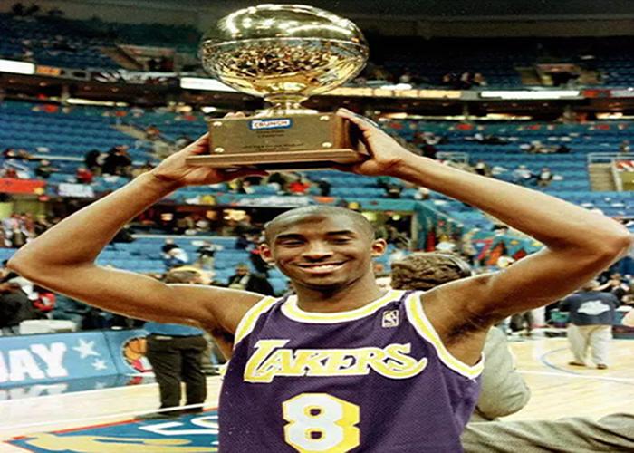 Kobe Bryant yang memenangkan lima gelar juara NBA serta peraih medali emas Olimpiade dua kali itu meninggal dunia bersama putrinya yang berusia 13 tahun yang bernama Gianna dalam kecelakaan helikopter di Calabasas, California.