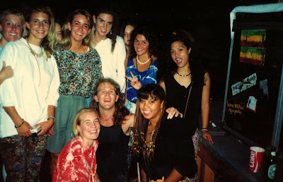 Gourp photo: Jay Noel and a harem of Canadian lasses pose for a photo.