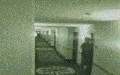 """O que essa criança ta fazendo aqui há esta hora"""" acendi a luz do corredor e aquela imagem desapareceu"""
