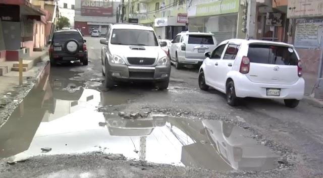Residentes del Ensanche Altagracia se quejan del mal estado de calle