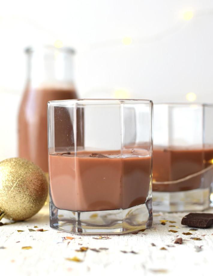 Ponche crema de chocolate servido en vasos cortos