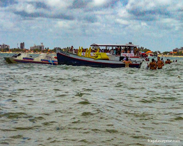 """Barcos que funcionam como """"barracas de praia"""" na Areia Vermelha, Paraíba"""