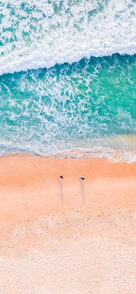 خلفية مياه البحر الفيروزية تتلاقى مع الشاطئ الجميل