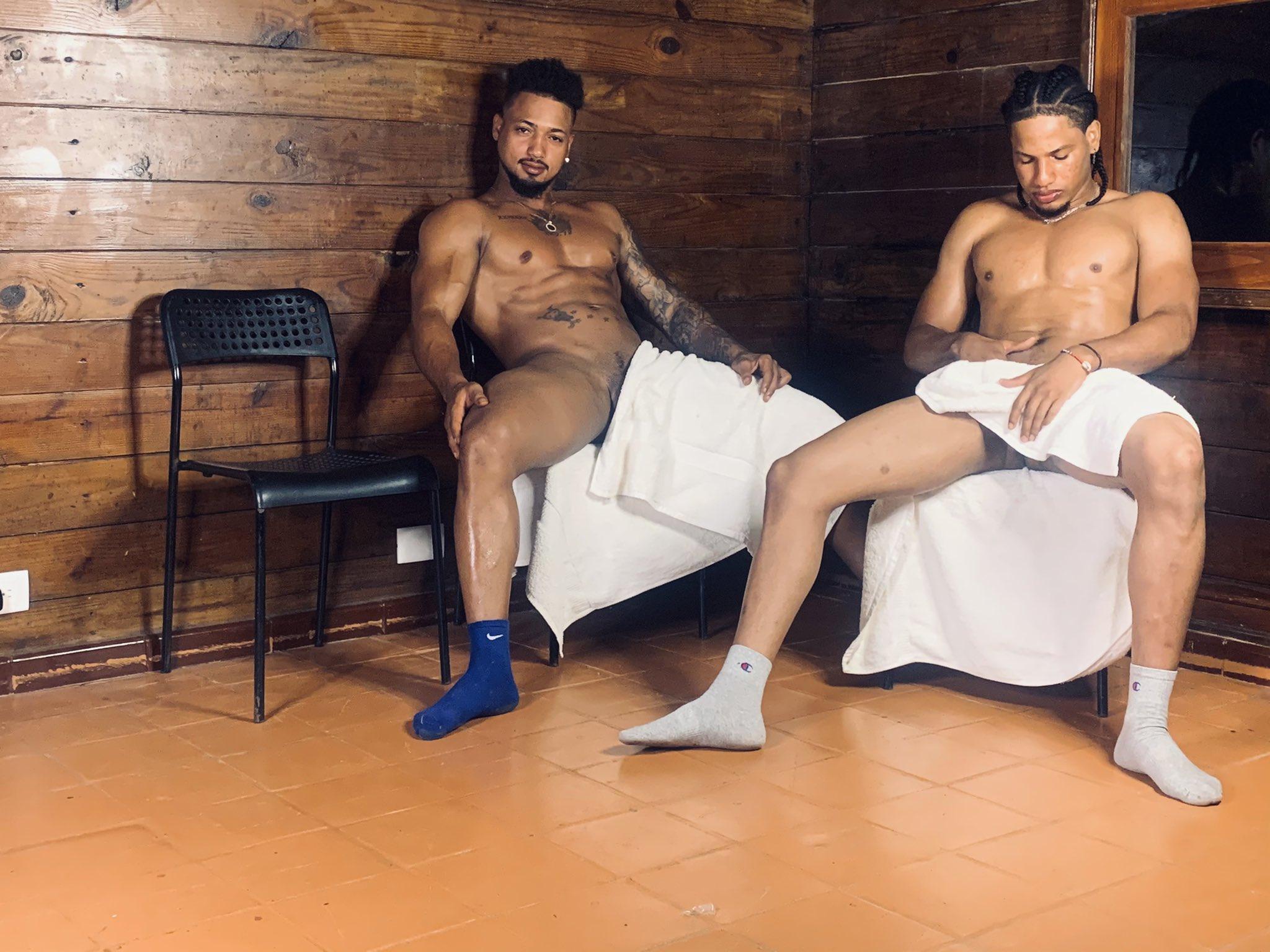 machos sin calzoncillos en el sauna