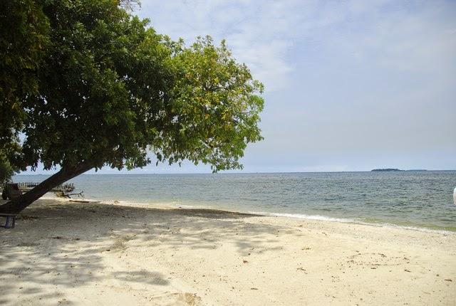 Tepi Pantai di Pulau Bidadari, Manggarai Barat, NTT