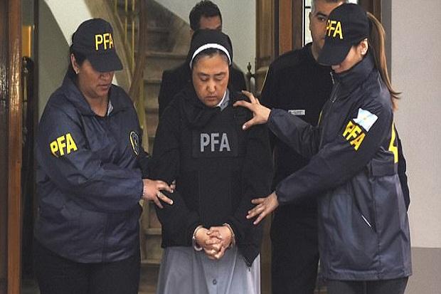 """Biadab ! Biarawati Ini Bantu Pastor """"Goyang"""" Anak-anak Tunarungu"""