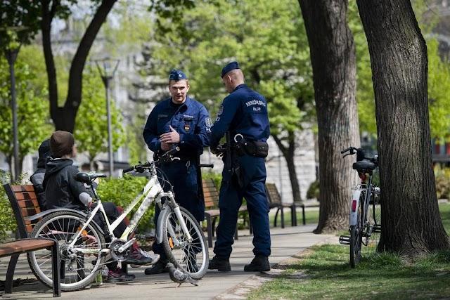 Ne ücsörögj a padon - ellenőrizni fog a rendőr, pont mint őket, Budapest belvárosban - is