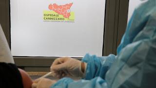 il primo richiamo vaccinale eseguito oggi a un medico di reparto Covid dell'Azienda Cannizzaro