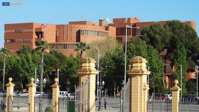 Universitat de Barcelona - UB - Facultat de Biologia a l'avinguda Diagonal, davant el Palau Reial
