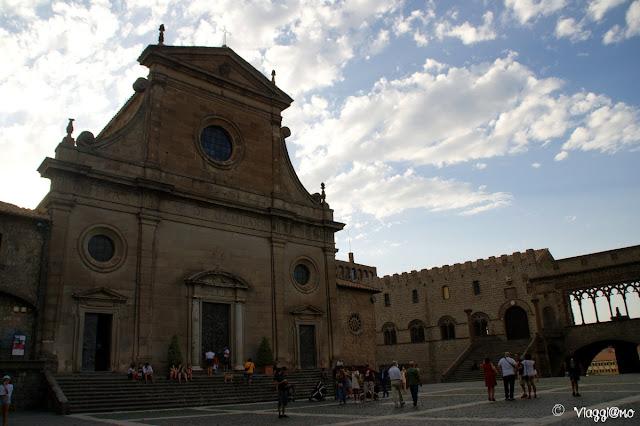 Il Duomo di Viterbo accanto al Palazzo Papale