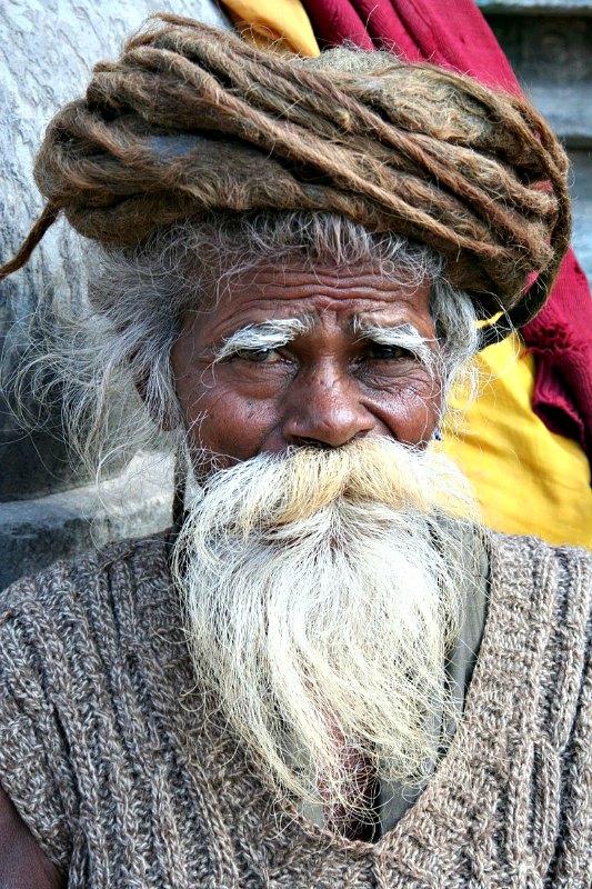 Nepal es uno de los países en los que se asegura que viven hombres y mujeres centenarios. En la imagen, anciano sadhu nepalí con barba blanca.