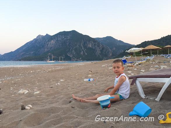 oğlum kumda oynarken, Çıralı plajı