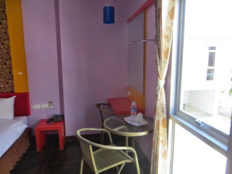 стол и два стула в номере