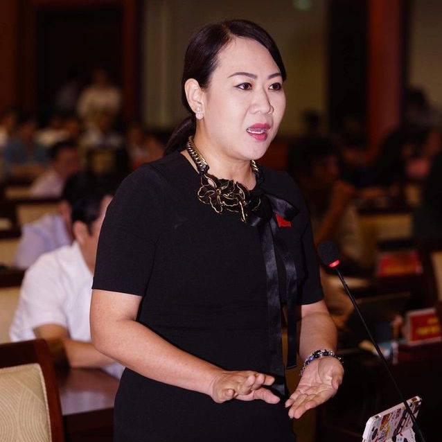 Ngồi ghế sai chuyên môn, cô Xuân Lu vẫn được học trò bảo vệ bất chấp