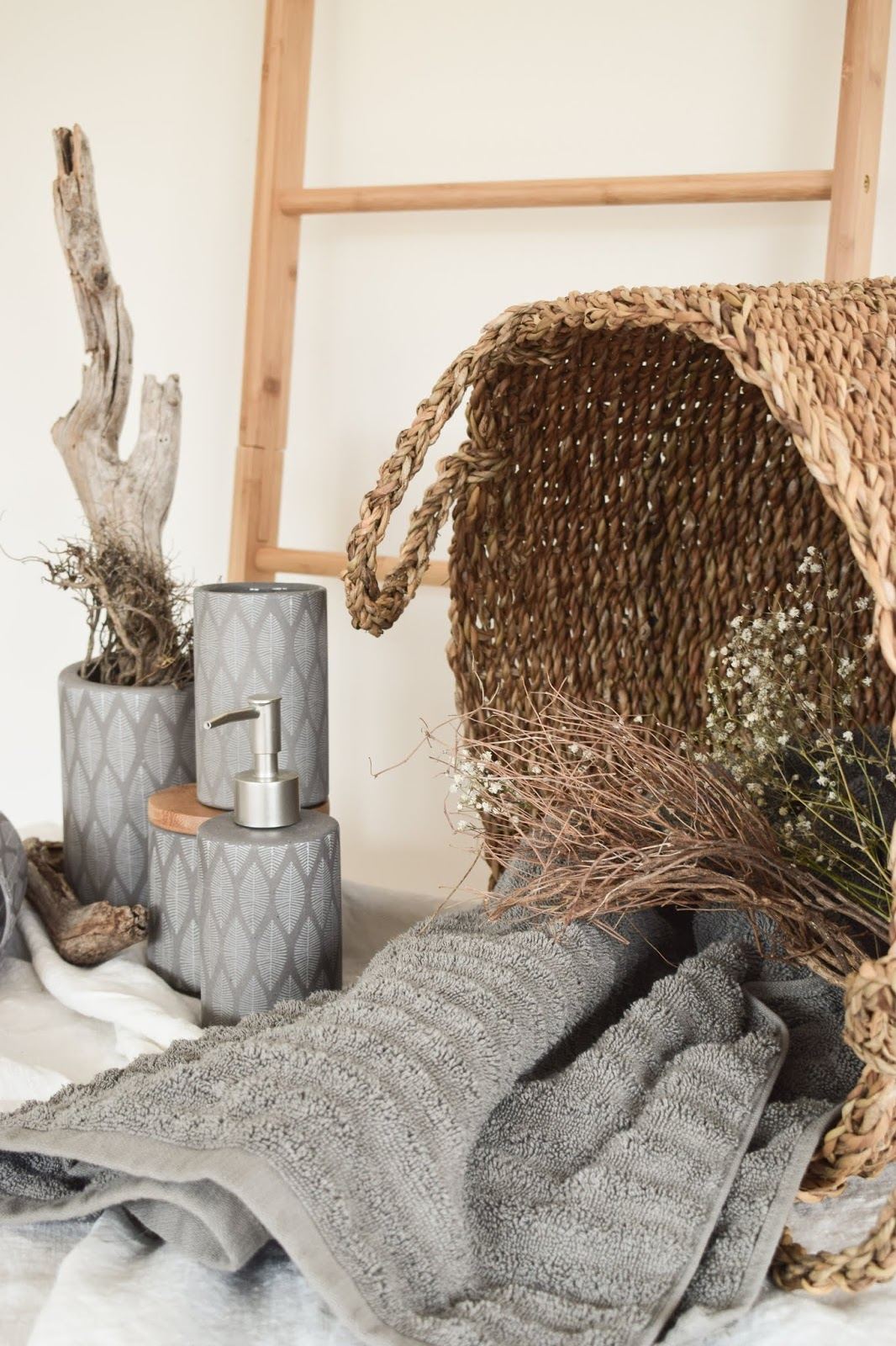 Badezimmer Ideen Aufbewahrung Kosmetika Seifen Ordnungssystem Ordnung Bad natuerlich nachhaltige Deko Dekoidee mit WENKO Aufbewahurngsdose Tupian Bambus