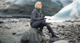 Travel writer menuliskan cerita perjalanan dalam media konvensional