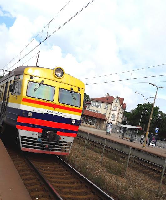 keltainen juna lähtee Majorin asemalta