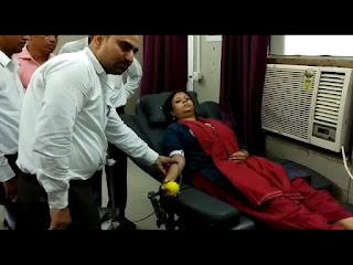 कुपोषण के खिलाफ कलेक्टर व प्रशासन के अधिकारियों ने रक्तदान किया