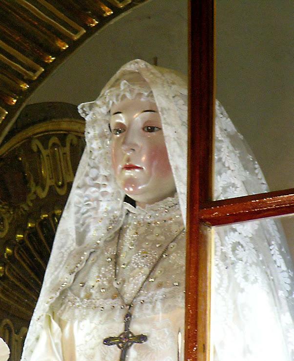 Nossa Senhora do Bom Sucesso no nicho de abadessa, sendo preparada para descer à iigreja