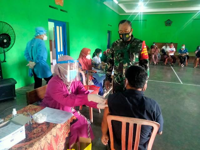 Babinsa Wonosari Melaksanakan Pendampingan Vaksinasi di Wilayah Binaan
