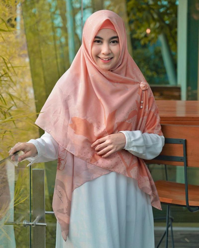 cewek cantik dan manis pakai Hijab Annisa Rahma