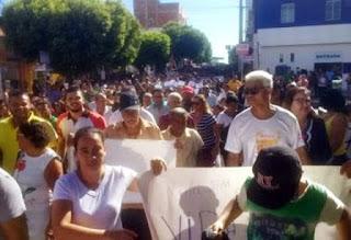 Moradores protestam em Guanambi