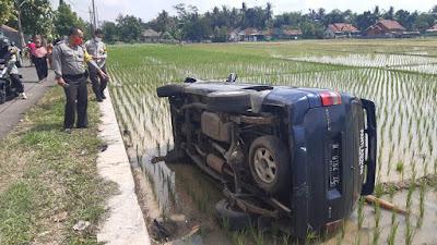 Terjadi kecelakaan Pengemudi Mobil Tabrak Motor Hingga Masuk Sawah
