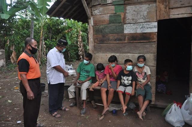 Polsek Pulau panggung Serahkan Bantuan Kepada Keluarga Sarmin