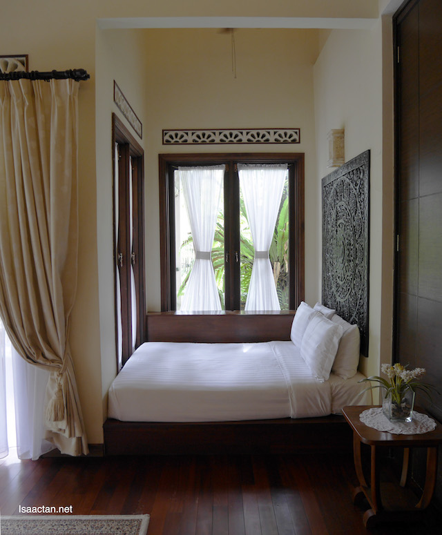 Additional queen-sized daybed overlooking the tranquil Aman Rimba lake