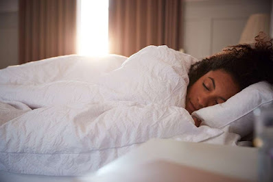 Una mujer durmiendo plácidamente en su cama